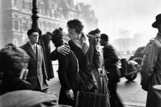 The-Kiss-at-Hotel-de-Ville
